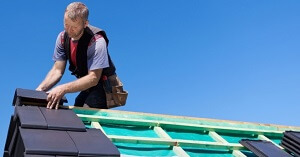 dakdekker aan het werk